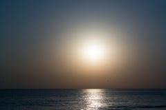 Phantasmagoric золотой заход солнца на море Стоковое Изображение RF