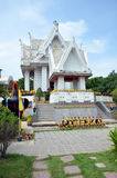 Phanthai Norasing relikskrin och Wat San Phanthai Norasing i Samut Sakhon Thailand Arkivbilder