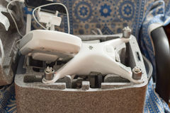 Phantom 4 Quadrocopters DJI in seinem eigenen Tragekoffer offen stockfotos