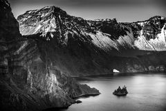 Phantom Ship Island Crater Lake-Schwarzweißfotografie Stockfoto