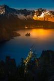 Phantom Ship Island Crater Lake-Zonsopgang Stock Foto's