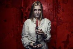 Phantommädchen mit Kerze Stockfoto