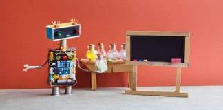 Pharamacy chemii laboratorium badawczy centrum Robot z chemicznym szkłem Czerni pusty chalkboard, drewniany stół i Fotografia Royalty Free
