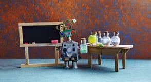 Pharamacy chemii laboratorium badawczy centrum Robot z chemicznym szkłem Czerni pusty chalkboard, drewniany stół i Zdjęcie Stock