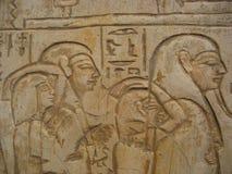 Pharao und seine Leute auf Hieroglyphen Lizenzfreies Stockfoto