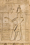 Pharaoh egípcio antigo que cinzela, templo de Dendera, fotos de stock royalty free