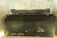 Pharaoh'sens sarkofag i den egyptiska pyramiden Granitsarkofag arkivbild