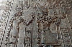 Pharaohs en hiërogliefen op muur van karnaktempel stock afbeelding