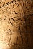 Pharaohs med guden på templet av Horus Royaltyfri Bild