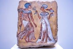 Pharaon et son épouse de XIVème siècle AVANT JÉSUS CHRIST sur le soulagement égyptien en pierre Image stock
