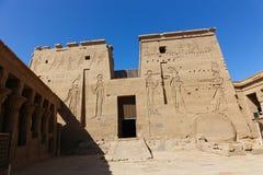 Pharaons avec Dieu sur le temple d'ISIS Philae à Assouan, Egypte Photographie stock libre de droits