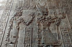 Pharaons et hiéroglyphes sur le mur du temple de karnak image stock