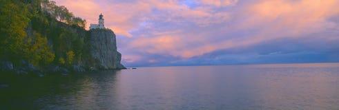 Phare à partir de 1905 à la roche de fente, le lac Supérieur, Michigan Images libres de droits
