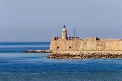 Phare antique et la mer un jour ensoleillé photo libre de droits