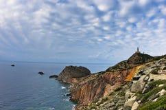 Phare au capo Sandalo sur la côte ouest de l'île de San Pietro, Sardaigne Photo stock