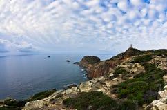Phare au capo Sandalo sur la côte ouest de l'île de San Pietro, Sardaigne Photographie stock libre de droits