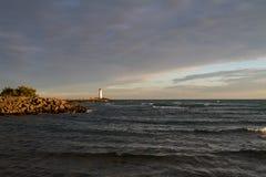 Phare au littoral avec le ciel dramatique Images libres de droits