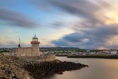 Phare au port de Howth près de Dublin images stock