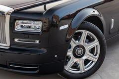 Phare avant, vue de roue de chrome d'alliage de nouveau une voiture de luxe très chère de Rolls Royce Phantom, une longue limou photographie stock libre de droits