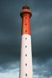 Phare avec les nuages orageux image stock