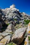 Phare blanc de Testa de capo en Sardaigne du nord images stock