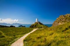 Phare blanc sur l'île de Llanddwyn, Anglesey photographie stock