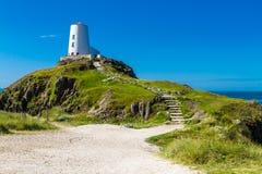 Phare blanc sur l'île de Llanddwyn, Anglesey images stock