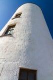 Phare blanc sur l'île de Llanddwyn, Anglesey Images libres de droits