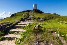Phare blanc sur l'île de Llanddwyn, Anglesey image stock