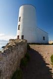 Phare blanc sur l'île de Llanddwyn, Anglesey photo stock