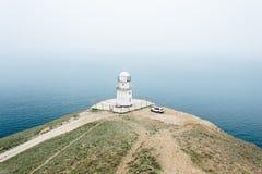 Phare blanc sur le cap Meganom en Crimée en Russie photos libres de droits