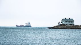 Phare bleu minuscule sur le littoral suédois Photo stock