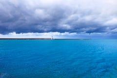 Phare, brise-lames et mer de port de Livourne sous le ciel de mauvais temps Images stock