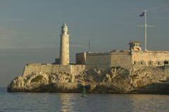Phare chez Castillo del Morro, fort d'EL Morro, à travers le canal de La Havane, le Cuba Image stock