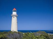 Phare contre le ciel bleu clair Photographie stock libre de droits
