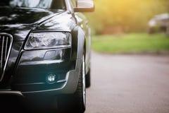 Phare d'un véhicule moderne Les lumières avant de la voiture Détails modernes d'extérieur de voiture images libres de droits