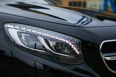 Phare d'une voiture de luxe moderne, détail automatique, concept d'entretien automobile photo stock