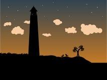Phare dans l'herbe sur la côte au crépuscule Image libre de droits