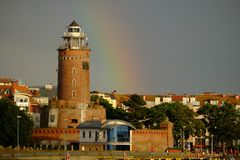 Phare dans l'obrzeg de 'de KoÅ de ville portuaire, Pologne photo stock