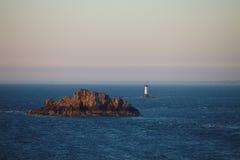 Phare dans l'océan. Images libres de droits