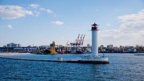 Phare dans le port maritime d'Odessa, Ukraine Photographie stock libre de droits