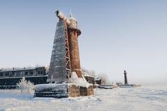 Phare dans un paysage calme et désolé d'hiver Un blanc a blanchi le phare au-dessus du ciel bleu avec des nuages Photos stock