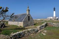 Phare de Chapelle Saint-Corentin et de Goulenez sur l'île de Sein en Bretagne photo libre de droits