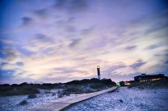 Phare de Charleston la nuit situé sur l'île de Sullivan dedans images stock