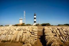 Phare de Chassiron ` Oleron острова d в французе Шаранта с striped маяком Франция Верхняя часть маяка с объективом сигнала стоковые изображения