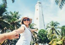 Phare de Dondra dans Sri Lanka : prise de voyageuse de femme pour la main elle Photo libre de droits