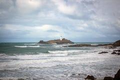 Phare de Godrevy en mer dans les Cornouailles images stock