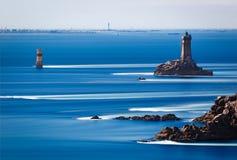 Phare de la Vieille chez Point du Raz, la Bretagne, France Photographie stock libre de droits