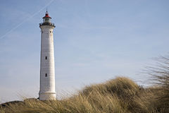 Phare de Lyngvig dans le paysage côtier du Danemark Image stock