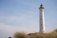 Phare de Lyngvig dans le paysage côtier du Danemark Image libre de droits